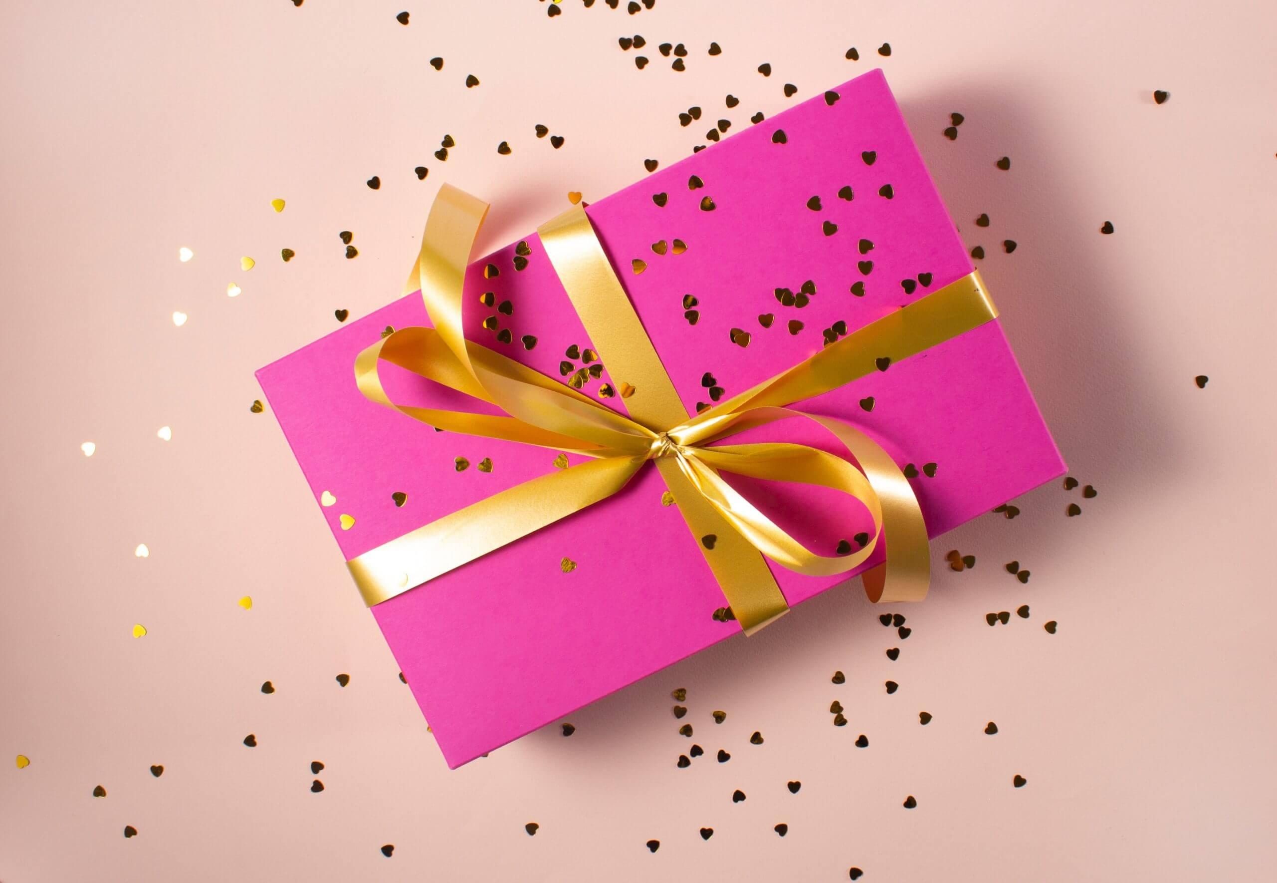 cadeau sur fond rose